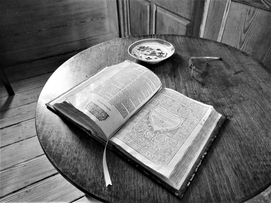 bw dsc00080 1621 kjv of bible in bedroom (2)